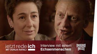 Dunja Hayali interviewt einen Echsenmenschen
